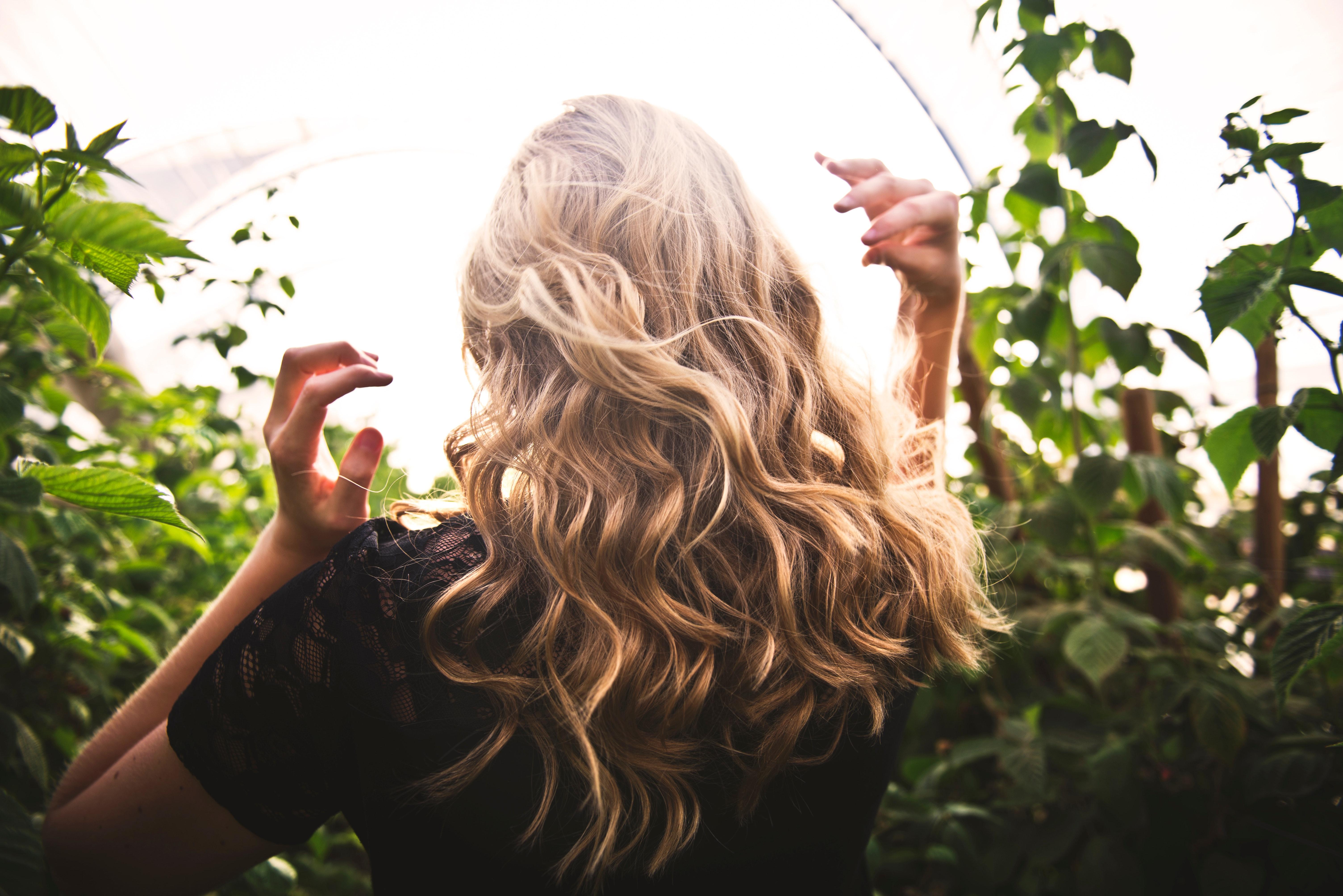 Vrouw met blond haar in de buitenlucht.