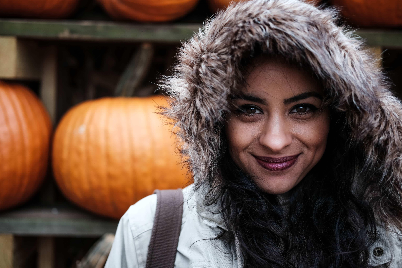 vrouw in de herfst met pompoenen.