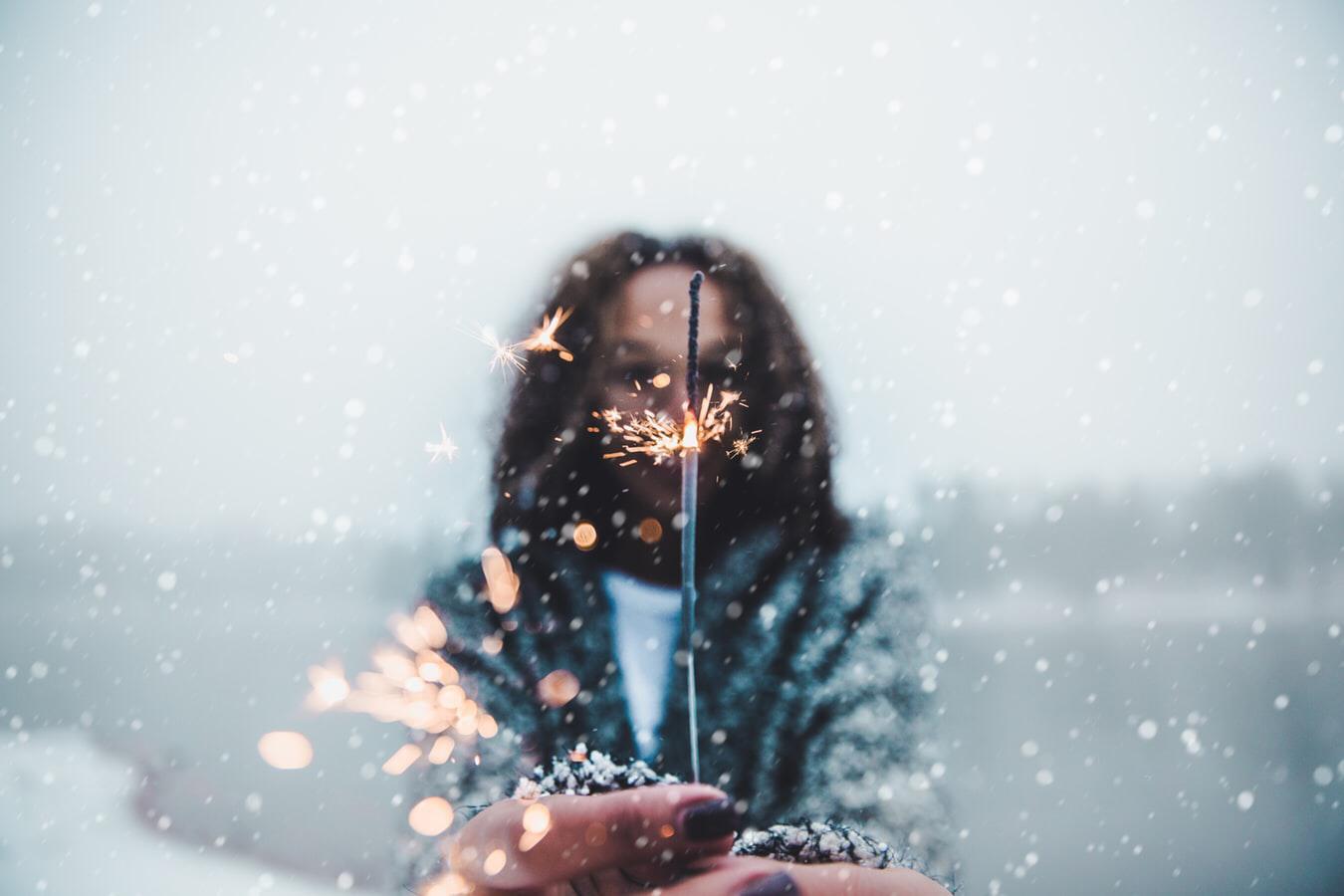 Vrouw met vuurwerk.